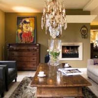 Оливковые оттенки в интерьере гостиной загородного дома