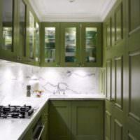 Оливковый гарнитур в узкой кухне