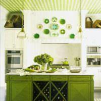 Кухонный остров с фасадами оливкового цвета
