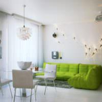 Светлая солнечная гостиная с диваном оливкового цвета