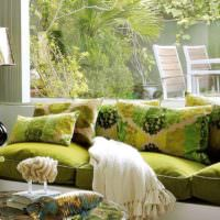 Оливковый цвет в оформлении гостиной дачного домика