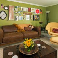 Коричневая мебель и оливковые стены в просторной гостиной