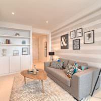 Полоски серых оттенков в дизайне светлой гостиной
