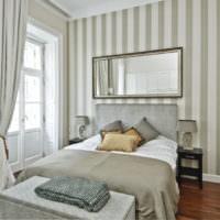 Полосатая стена в узкой спальной комнате