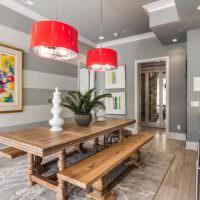 Красные светильники и серые полосы на стене столовой