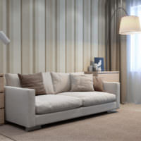 Чередование полосок на обоях за диваном