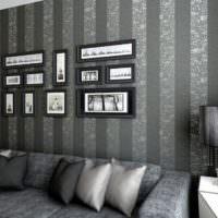 Темные полосы на обоях в дизайне гостиного помещения