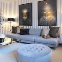 Современная гостиная с полосатыми обоями