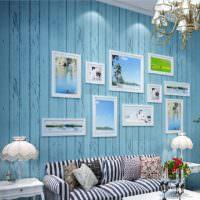 Голубая стена с обоями в полоску
