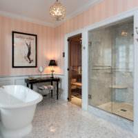 Интерьер ванной комнаты с полосатыми обоями