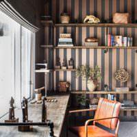 Дизайн комнаты в стиле лофт с обоями в полоску