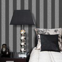 Полосатая стена за изголовьем кровати