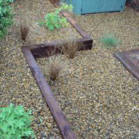 Террасы из гальки на склоне садового участка