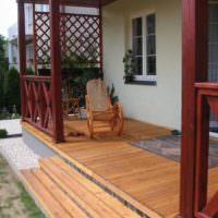 Деревянное крыльцо загородного дома