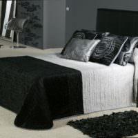 Белый пол в спальне с черной мебелью