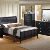 Серый коврик на светло-коричневом полу в спальне