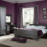 Темно-сиреневые стены и серая кровать