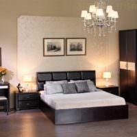 Черная кровать с белым покрывалом в комнате со светлыми стенами