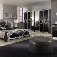 Глянцевый фасады шкафов в классической спальне