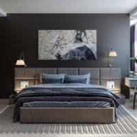 Картина на темно-серой стене спальни