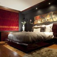 Яркие шторы на окне в спальне с темным интерьером