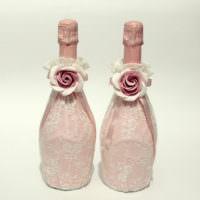 Крупные розы на свадебных бутылках шампанского