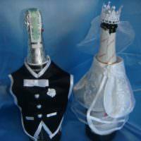 Жилетка жениха и платье невесты на свадебных бутылках