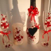 Красные и белые цветки в декоре бутылок шампанского