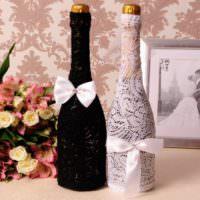 Кружевная отделка бутылок шампанского для свадьбы