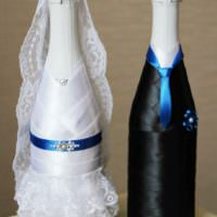 Черные и белые ленты в декоре свадебного шампанского