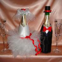 Кружевное платье невесты и строгий костюм жениха на бутылках