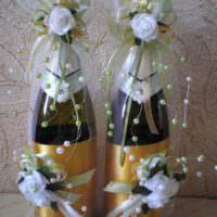 Искусственные цветы в декорировании свадебного шампанского