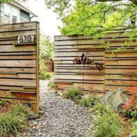 Декорирование сада деревянными стенками