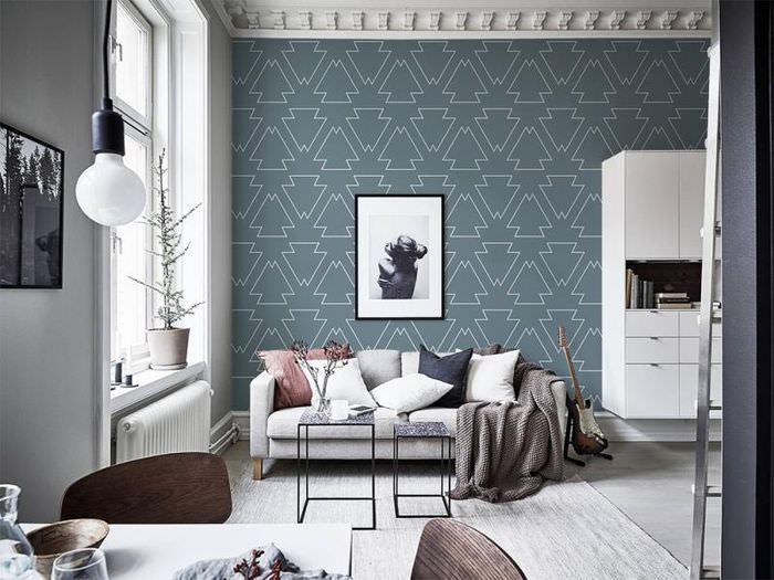 Интерьер гостиной с геометрическими обоями на стене