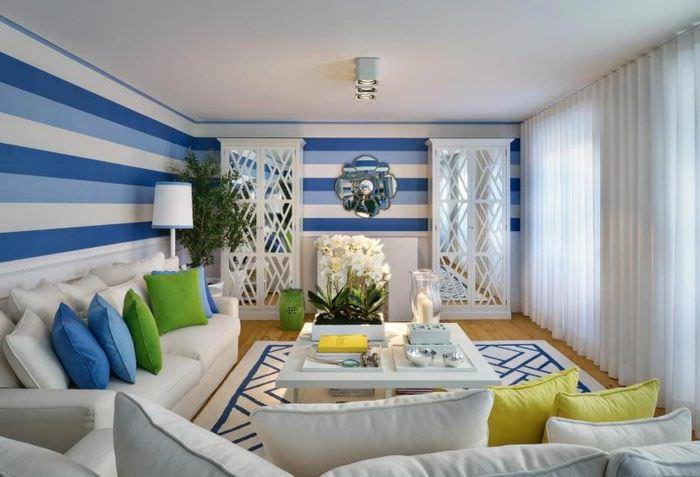 Голубые стены в гостиной с обоями в горизонтальную полоску