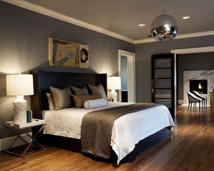 Большая кровать в мужской спальне в темных тонах