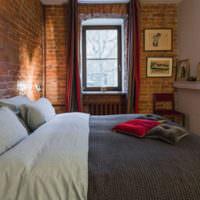 Грубая кирпичная стена в интерьере спальни