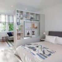 Стеллаж в роли разделителя пространства в спальне