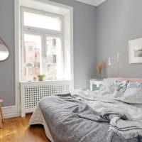 Картина и светильники со свечами над кроватью