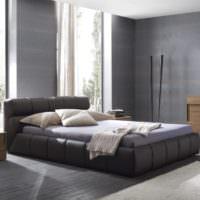 Кровать на платформе в интерьере спальни