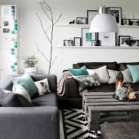 Подушки в чехлах мятного цвета в декоре гостиной