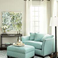 Мягкая мебель мятного окраса в интерьере жилой комнаты