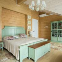 Мебель мятного цвета в спальне деревянного дома