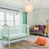 Шторы из текстиля мятного цвета в комнате для малыша