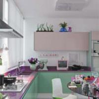 Мятные фасады нижних шкафов кухонного гарнитура