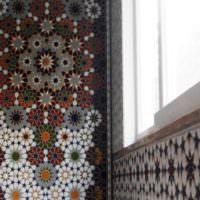 Пестрый мозаичный орнамент на стене кухни