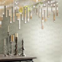 Зеркальная мозаика на стене и подсвечники на столе