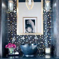 Зеркало на стене, облицованной мозаикой