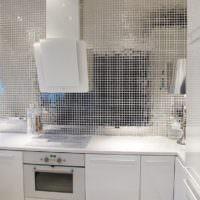 Зеркальная мозаика и белые фасады в современной кухне