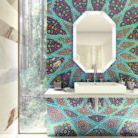 Пестрая композиция из мозаики вокруг умывальника